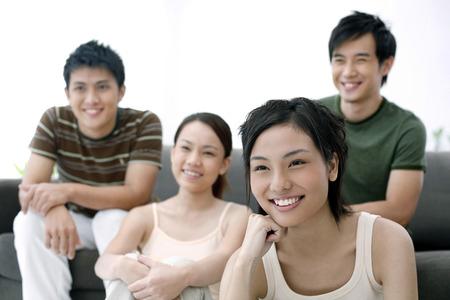 viendo television: Hombres y mujeres que miran la televisi�n juntos