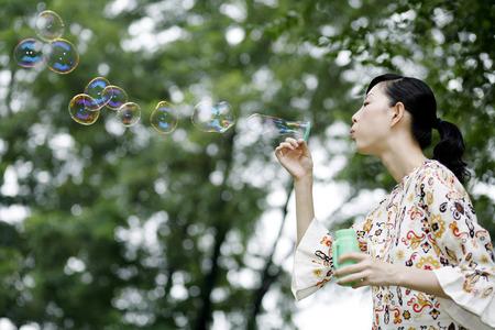 sensory perception: Woman blowing soap bubbles LANG_EVOIMAGES