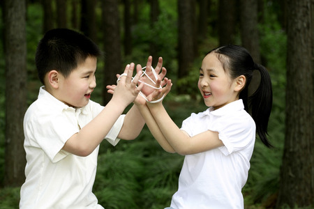 string together: Brother and sister playing Ayatori LANG_EVOIMAGES