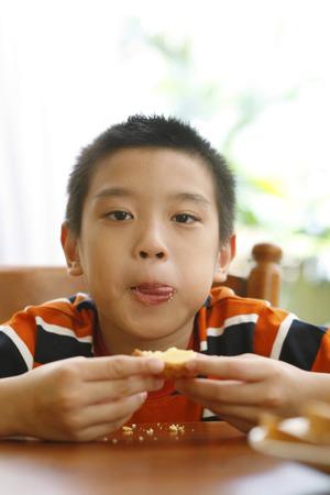 egg tart: Boy eating egg tart