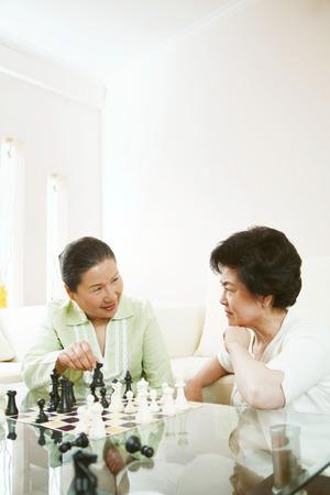 jugando ajedrez: Mujeres que juegan al juego de ajedrez LANG_EVOIMAGES