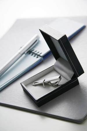 file box: Notepad, pen, file and tie clip in a box LANG_EVOIMAGES
