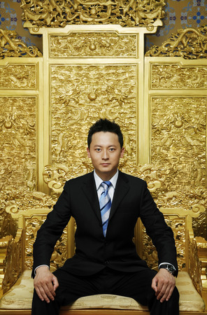 trono: El hombre de negocios posando para la cámara