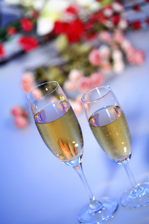 champagne flutes: Champagne flutes filled with champagne