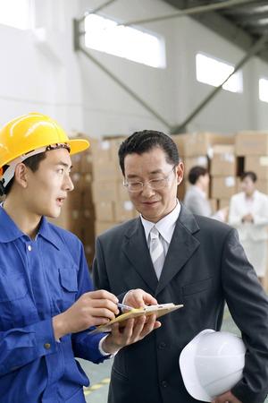 fabrikarbeiter: Gesch�ftsmann im Gespr�ch mit Fabrikarbeiter LANG_EVOIMAGES