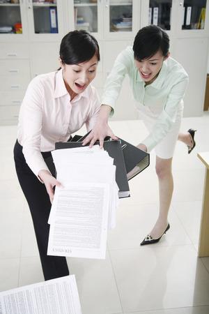 maldestro: Imprenditrice aiutando il suo collega goffo