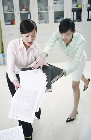 clumsy: Empresaria ayuda a su colega torpe