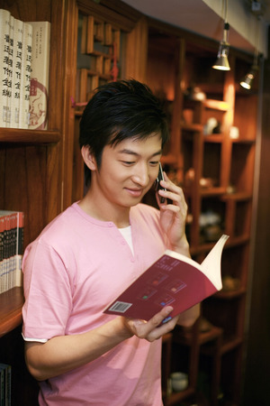 curios: Male student in library LANG_EVOIMAGES