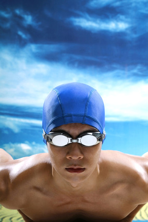swimming cap: Man with swimming cap and goggles LANG_EVOIMAGES