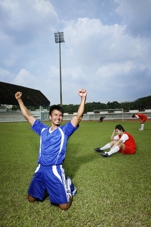 gritting: Man celebrating his goal LANG_EVOIMAGES