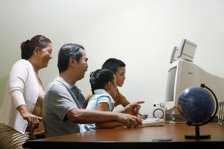 he is a traditional: Family using computer LANG_EVOIMAGES
