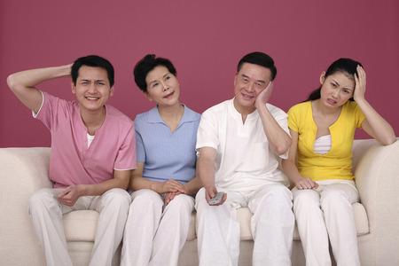 decepci�n: Familia que muestra la decepci�n despu�s de ver la televisi�n LANG_EVOIMAGES