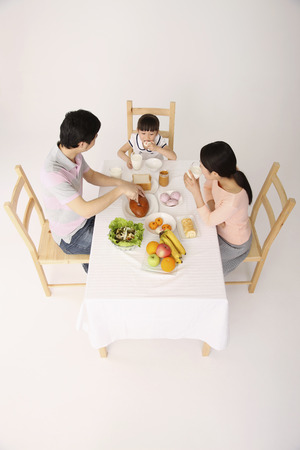 ni�os desayuno: Familia desayunando juntos
