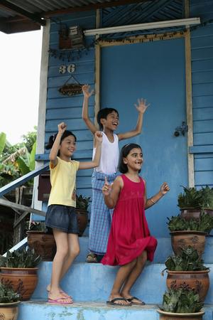 malay village: Los ni�os que saltan y vitoreando