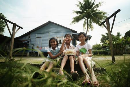 Children sharing snacks 免版税图像