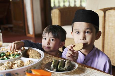 bizcochos: Boy comiendo galletas, chica tomando chocolates
