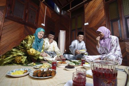 Männer und Frauen zusammen essen