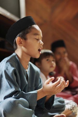 saying: Children saying grace