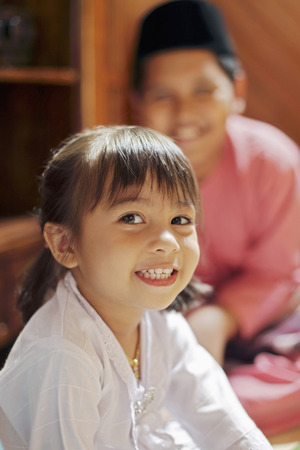 Jungen und Mädchen lächelnd