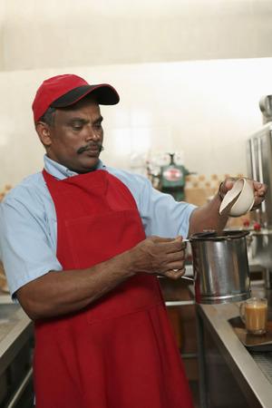tarik: Man preparing teh tarik LANG_EVOIMAGES