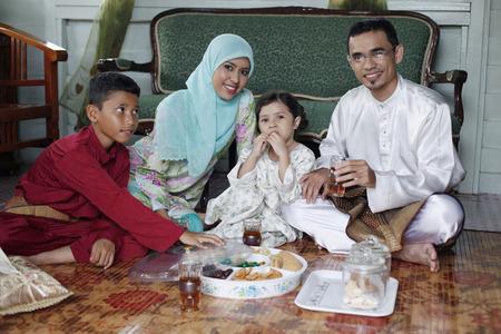 tomando refresco: Los niños y niñas disfrutar algunas bebidas y pastelería con sus padres