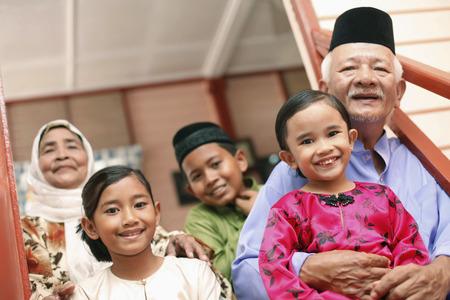 Älterer Mann und Frau mit ihren Enkeln
