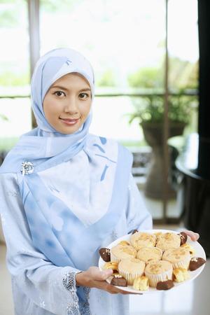 拿着传统曲奇饼板材的妇女