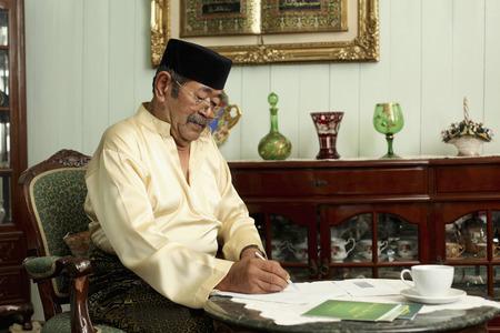man writing: Senior man writing letter LANG_EVOIMAGES