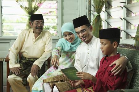 Jungenlesegrußkarte mit seinen Eltern, älterer Mann beobachtet LANG_EVOIMAGES
