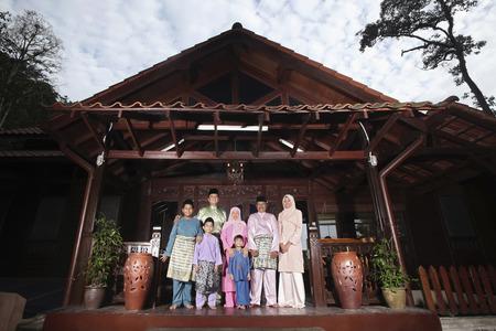 malay village: Hombres, mujeres y ni�os en la ropa tradicional