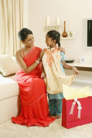 ni�os vistiendose: Chica probar nuevas ropas de su madre