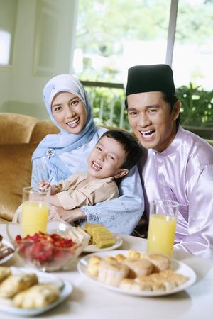 Glückliche Familie während Hari Raya