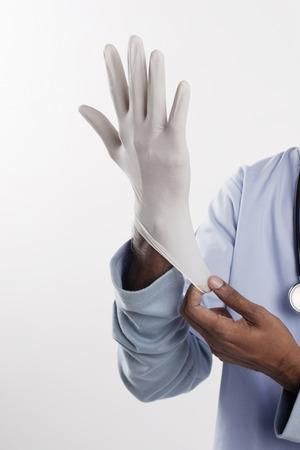 quirurgico: Doctor que pone en guantes quir�rgicos LANG_EVOIMAGES