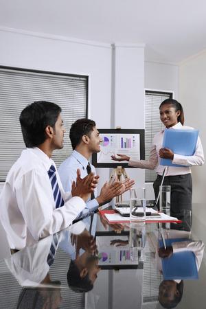 manos aplaudiendo: Empresaria que presenta sus manos el trabajo, los hombres de negocios que aplauden LANG_EVOIMAGES