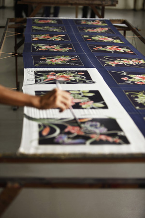 hombre pintando: Hombre tela batik pintura