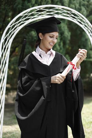birrete de graduacion: Mujer en traje de graduaci�n con desplazamiento