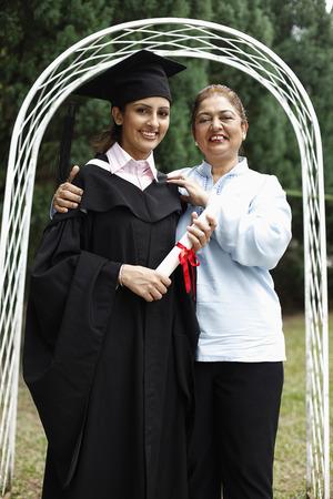 birrete de graduacion: Superior de la mujer posando con la mujer en traje de graduaci�n