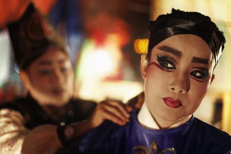 vistiendose: Ejecutante Opera vestirse con la ayuda de su amiga