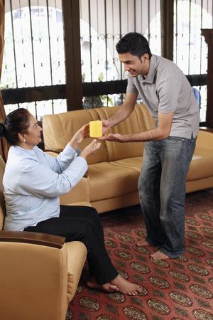 tomando refresco: La porción del hombre mujer mayor con una taza de café LANG_EVOIMAGES