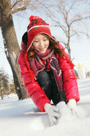 boule de neige: Femme en v�tements chauds d�cision boule de neige