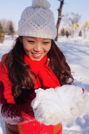boule de neige: Femme faisant boule de neige LANG_EVOIMAGES