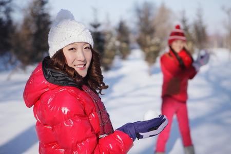 boule de neige: Femmes à jouer avec boule de neige LANG_EVOIMAGES