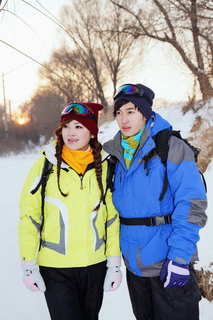 warm clothing: Man and woman in warm clothing and ski goggles LANG_EVOIMAGES