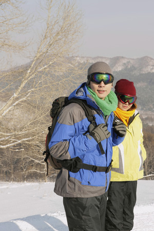 ski goggles: Man and woman with ski goggles  LANG_EVOIMAGES