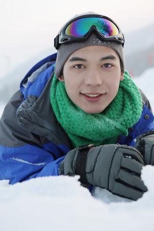 lying forward: Man lying forward in snow LANG_EVOIMAGES