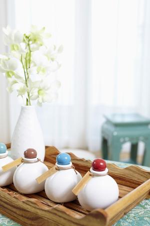articulos de baño: Artículos de higiene personal del hotel en una bandeja