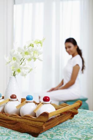 productos de aseo: Art�culos de higiene personal del hotel, la mujer sentada en el fondo LANG_EVOIMAGES