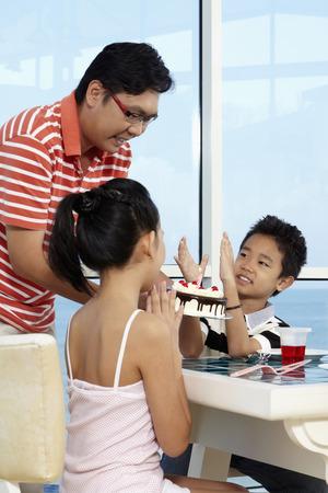 manos aplaudiendo: Hombre sacar pastel de cumplea�os, ni�o y ni�a aplaudir con las manos