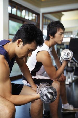 levantando pesas: Los hombres de levantamiento de pesas en el gimnasio