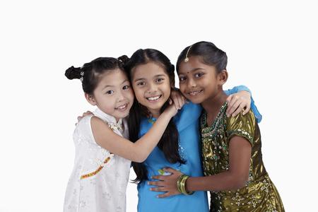 Glückliche Mädchen, umarmen einander